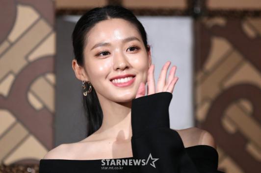 Seolhyun 'Burberry' açılışında muhteşem fiziğini sergiledi